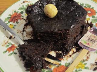 Intérieur mug cake à la Nocciolata (2 ingrédients) sur assiette