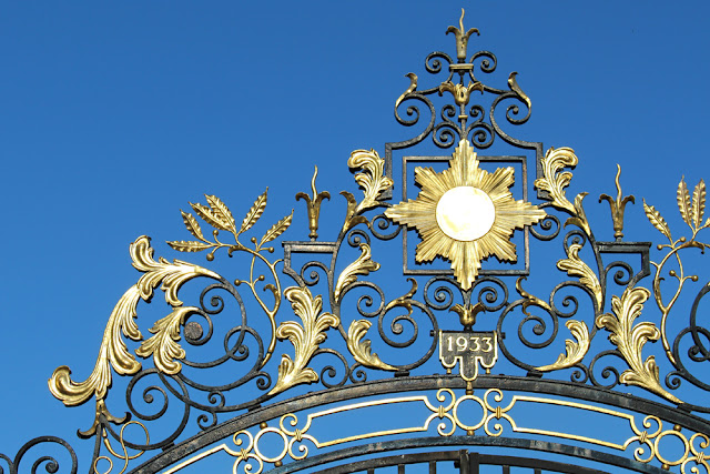Gold gate in Regent's Park, London - lifestyle blog