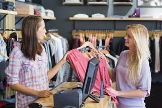 فتاة شقراء تشتري الملابس