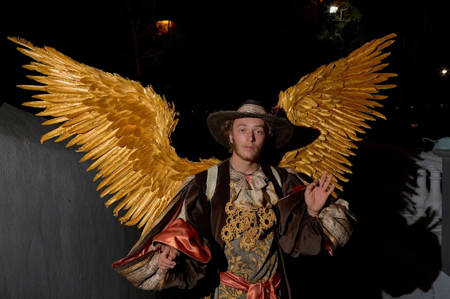 El compositor Juan Carvallé dona dos trajes artesanales para la Proclama de las Danzas
