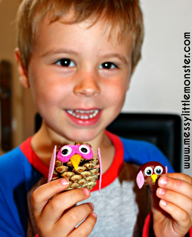 Kids owls crafts and activities. Autumn/ Fall kids owl craft ideas using nature. These nature owls are made from pine cones, conkers and felt scraps.