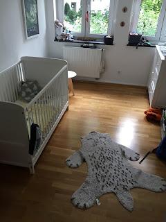 Kinderzimmer: Kinderbett, Wickelkommode, Teppich