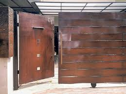 Gabungan pintu ayun dengan pintu dorong