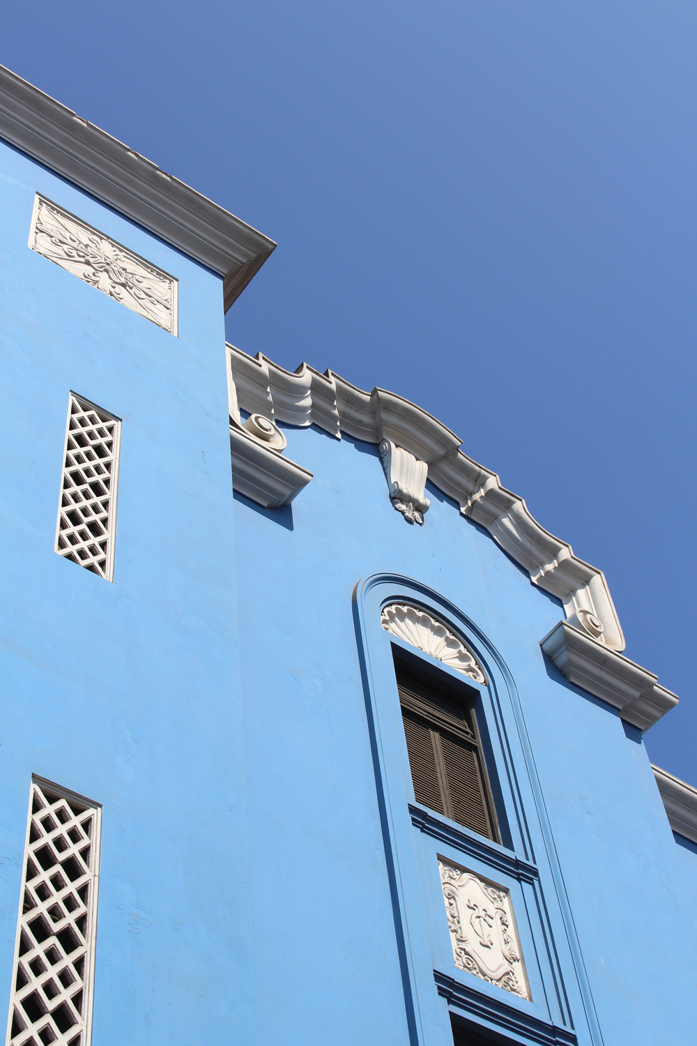 Blue building in Lima, Peru - travel & lifestyle blog