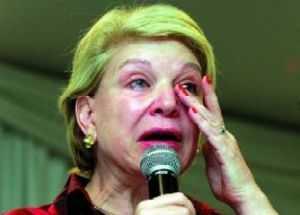 A Marta Suplicy está discursando agora no senado. Tem mais Botox no rosto que carne. Só nos beiços (ela, um dia, já teve lábios) deve de ter cinco quilos do produto.