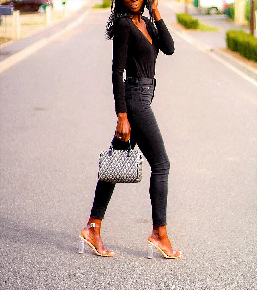 body-noir-ootd-jeans-taille-haute-perspex-heels-sac-ikon-lancaster