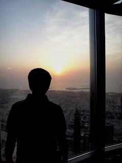 Melihat matahari terbenam dari Burj Khalifa
