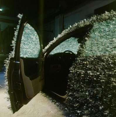Auto decorado con pedazos de vidrio en la carrocería