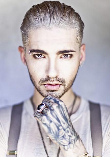 Foto de Bill Kaulitz con la mano tatuada