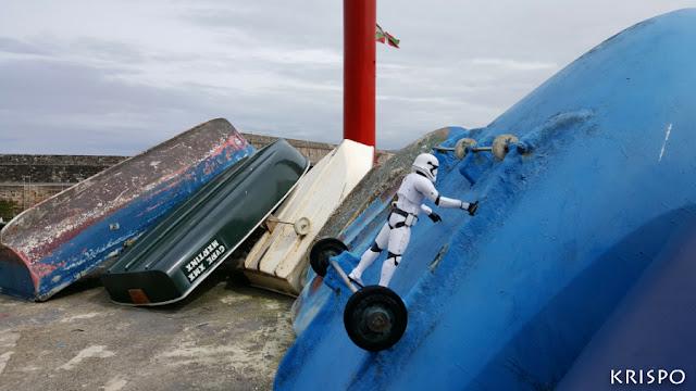 clon de star wars trepando por una barca en hondarribia