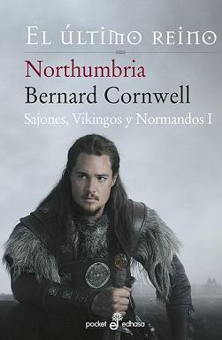 Portada de la novela Northumbria, el último reino, donde se puede ver a Uhtred sosteniendo su espada clavada en el suelo, y mirando hacia la derecha con rostro serio.