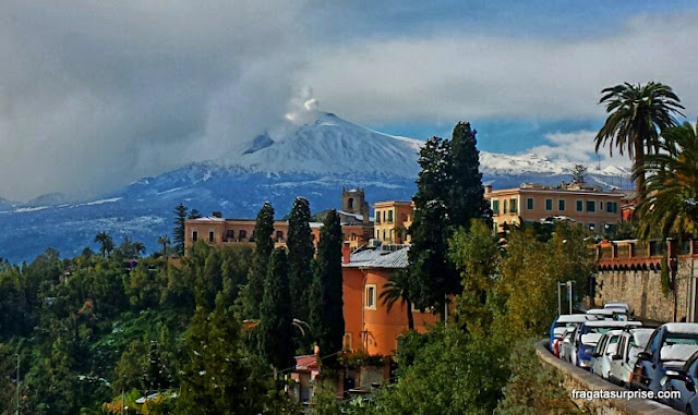 Taormina, Sicília, vista para o vulcão Etna
