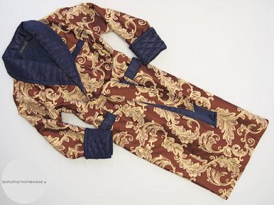 Langer dunkelblauer Herren Morgenmantel aus exklusiver Seide mit Gold Paisley Muster im englischen Stil.