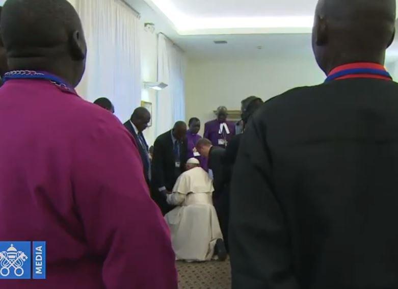 Popiežius Pranciškus Pietų Sudano vadovams bučiavo kojas. Naujas ritualas ar bažnyčios naikinimo būdas?