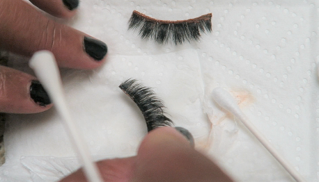 Image: Eyelashes, Woman sharing how she cleans her eyelashes at home