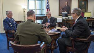 Ο ΥΠΑΜ Jim Mattis στην πρώτη του σύσκεψη στο Πεντάγωνο
