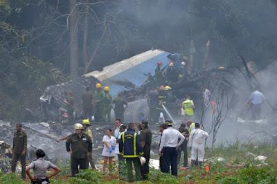 تحطم طائرة ركاب على متنها أكثر من 100 شخص