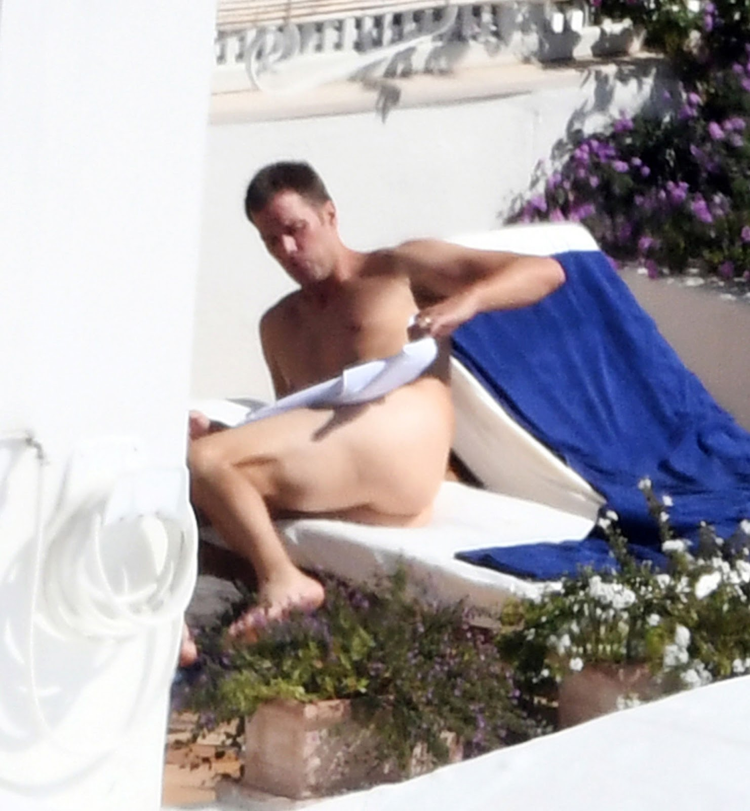 Tom Brady, marido da top Gisele Bündchen toma sol pelado.