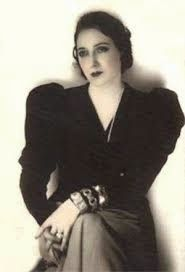 Fotografía de Juana de Ibarbourou sentada. La imagen de la escritora está en blanco y negro
