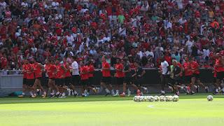 O plantel em treino aberto no Estádio da Luz