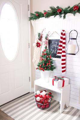 decoración navideña en la entrada