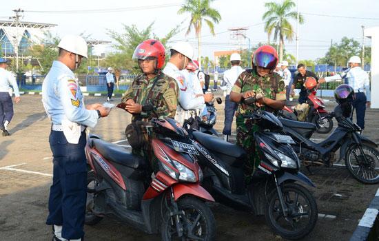 RAZIA : Sejumlah prajurit  sedang diperiksa kelengkapan surat surat berkendaraannya dalam operasi yang dilaksanakan Lanud Supadio. Foto Kapentak TNI AU Lanud Supadio