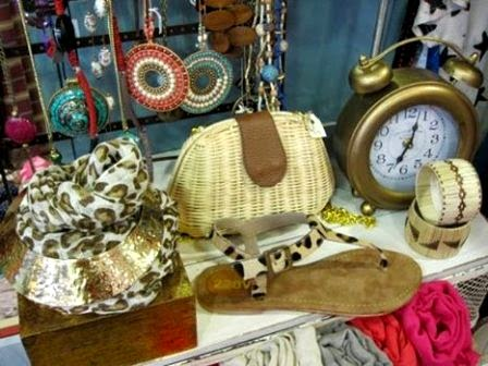 Bolsito y pulseras, sandalias piel y fular animal print, reloj vintage