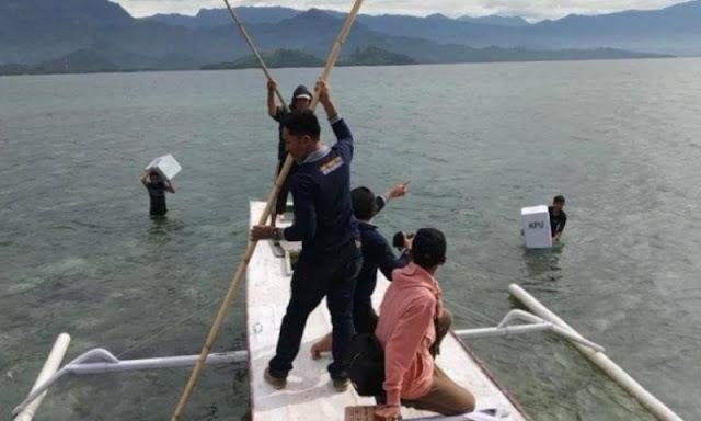 Kotak Suara Kardus Dibungkus Plastik Dicebur ke Laut, KPU: Air Tidak Masuk; Netizen: Goblok
