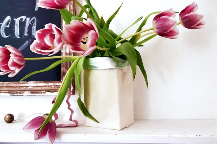 Tetrapackvase mit rosa Tulpen