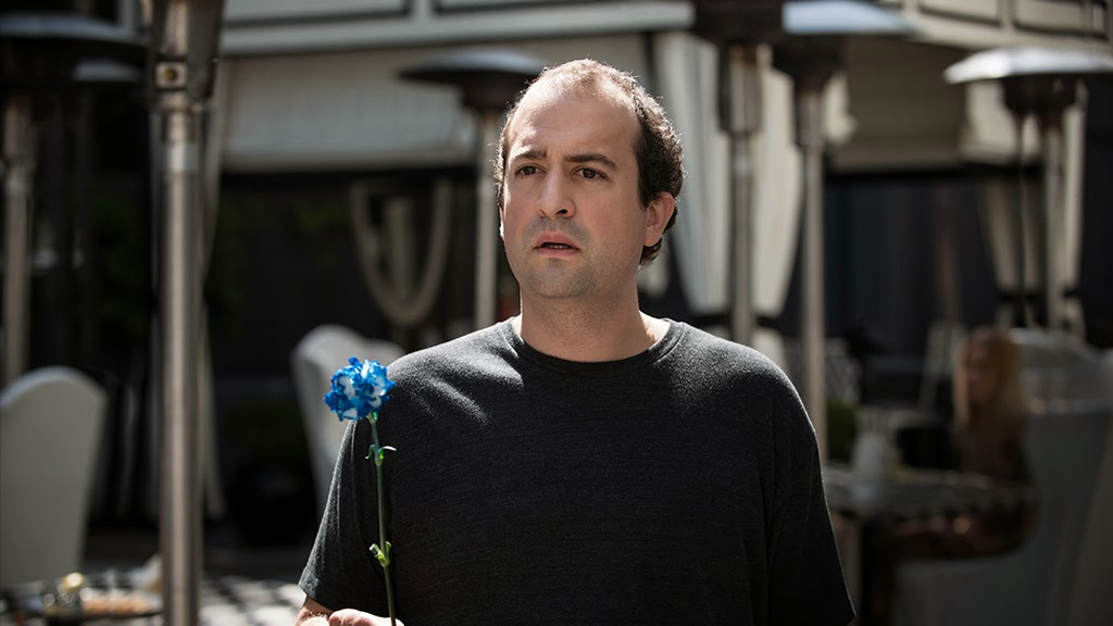 Alex con una flor para su chica en el octavo episodio de Togetherness