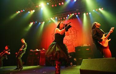 Foto de Evanescence cantando en concierto
