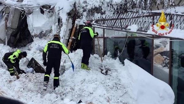 Encuentran ocho personas con vida hotel Italia sepultado por alud de nieve