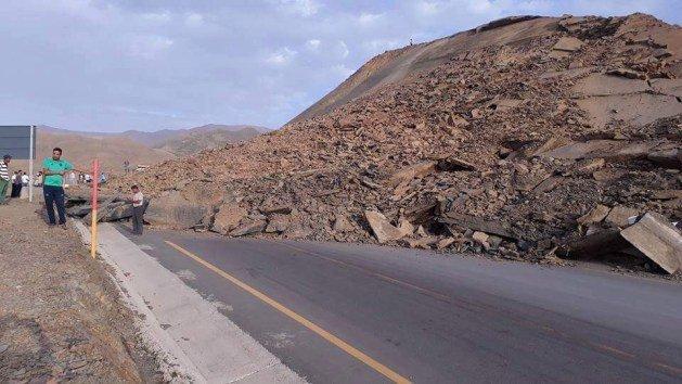 """تيشكا.. انهيار أرضي بـ """"طريق الموت """" يحاصر العشرات من الركاب"""