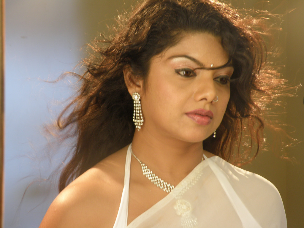 Picmusiq: Swathi Varma Hot Cleavage Stills In Saree From