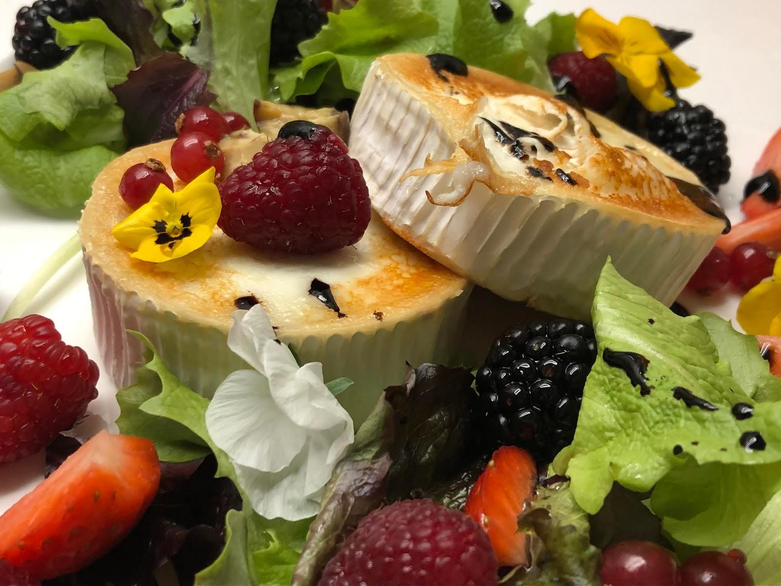 Ensalada con queso de cabra, castañas y frutos del bosque
