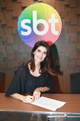 Isabella Fiorentino assinando o contrato - Foto Leonardo Nones