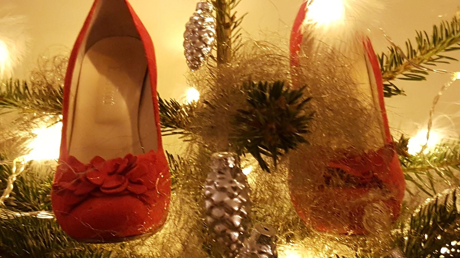 23fbdc51 Etter bruk av denne metoden på skoene kan jeg kanskje se frem mor en  julaften som avsluttes med skoene fremdeles på føttene.