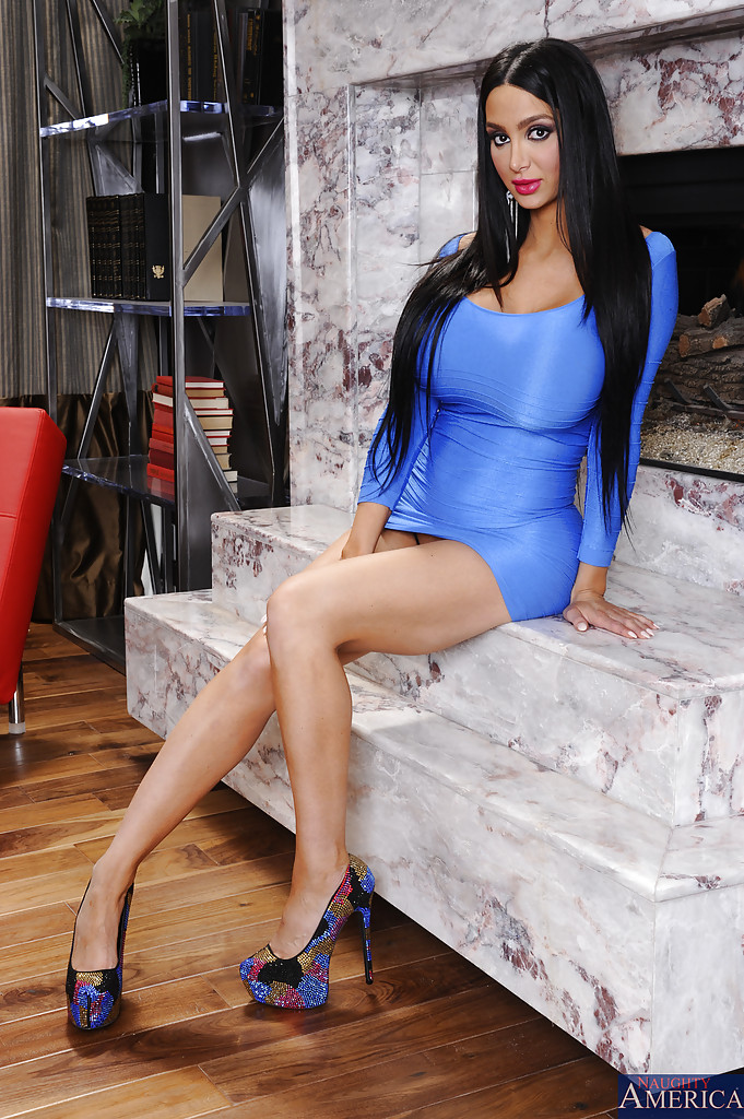 Amy Anderssen hot knockout revealing her round tatas and
