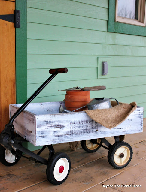 reclaimed pallet wood crate made into a decorative wagon