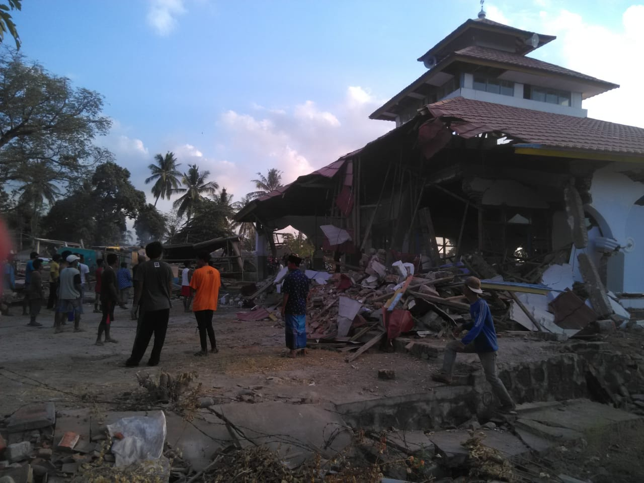 Susah Pinjam Alat Berat, Warga dan Relawan Rubuhkan Masjid dengan Tangan Kosong