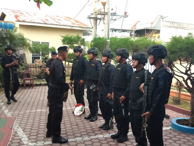 Tim penjinak bom (Jibom) dari Brimob Polda Sumut melakukan sterilisasi Masjid Al Jihad, Jalan Setia Budi, Kelurahan Selawan, Kota Kisaran.
