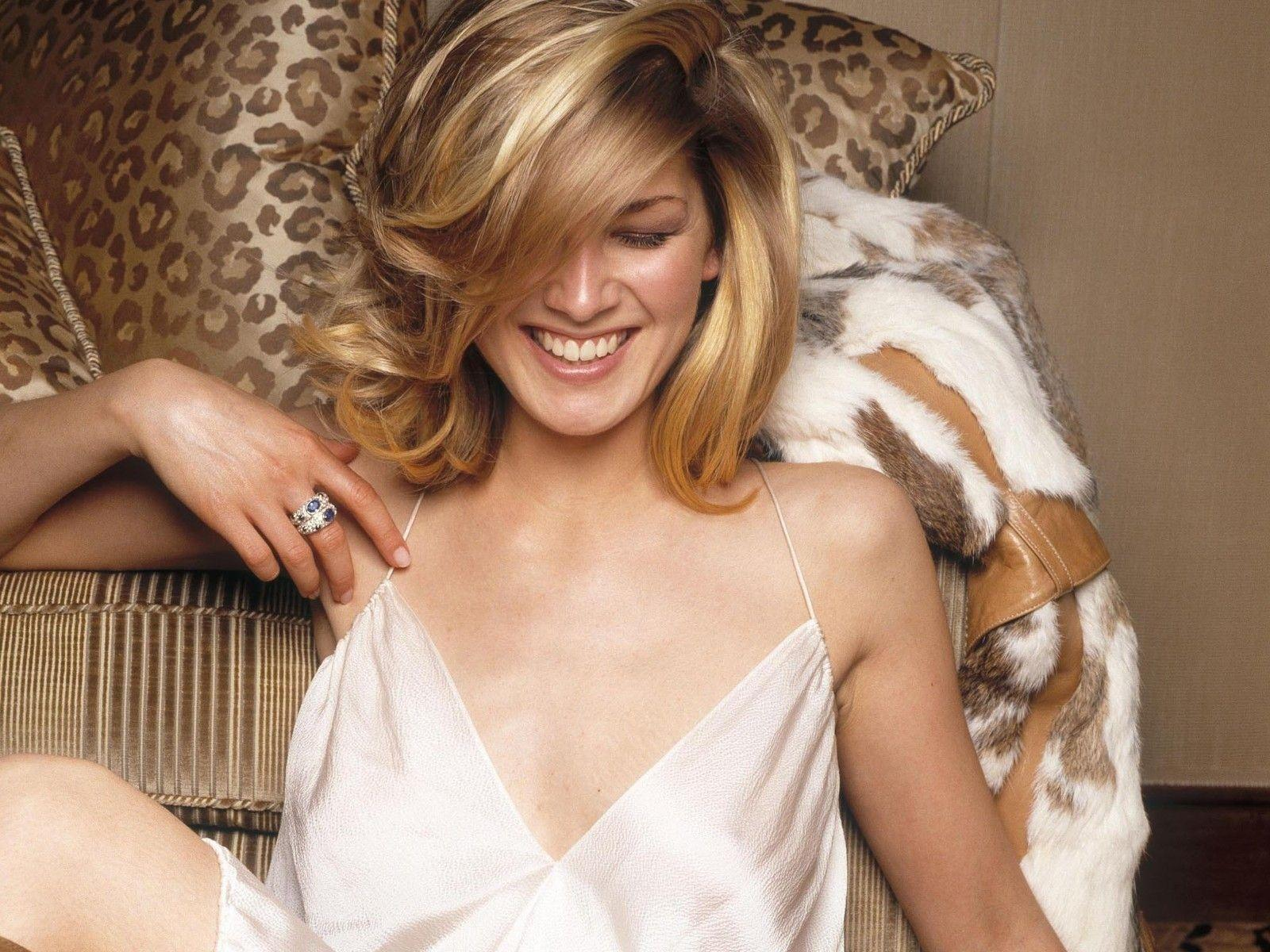 Hollywood Stars Rosamund Pike Hot And Sexy Pictures