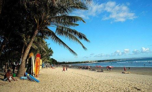 Pantai Kuta, salah satu Tempat Wisata Indonesia Terfavorit
