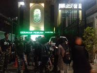 Anggota GP Ansor dan Massa Aksi Bela Tauhid Berpelukan