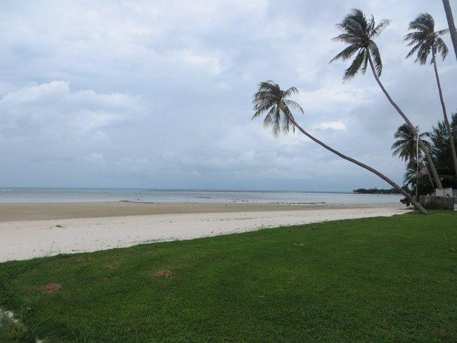 Тихий пляж без людей