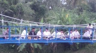 Bupati Banyuwangi buka puasa di Jembatan Gantung.