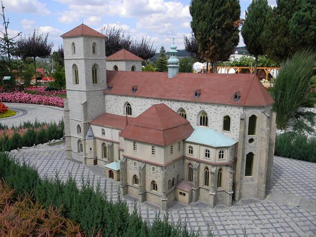 W Kłodzku znajdują się dwa kościoły Wniebowzięcia NMP, jeden jest miniaturą.