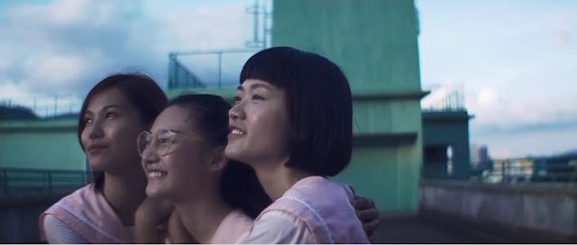 Tiga gadis saat di atap sebuah Gedung