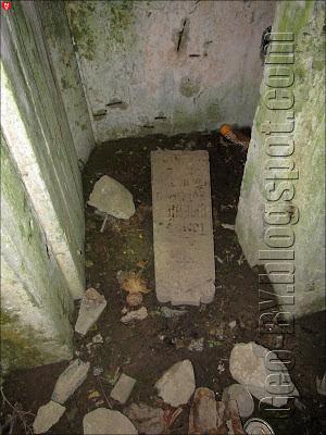 Могильная плита у входа в 267 ДОТ