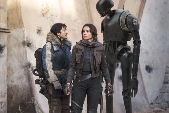 Diego Luna, Felicity Jones y el robot K-2SO (Alan Tudyk)